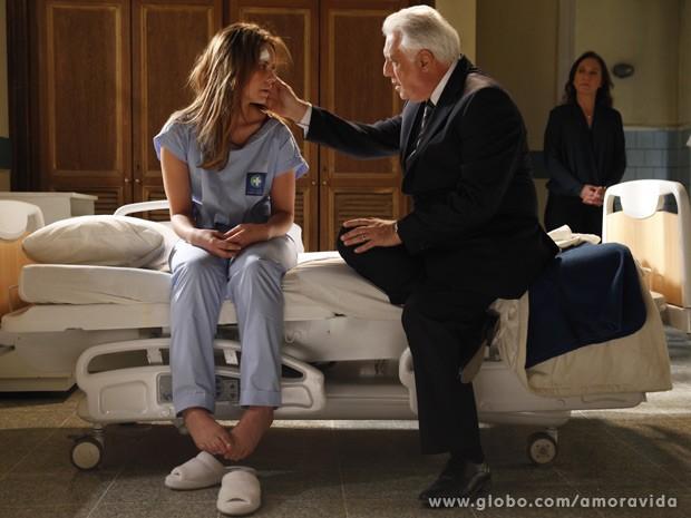 César tenta conversar com a filha (Foto: Amor à Vida / TV Globo)