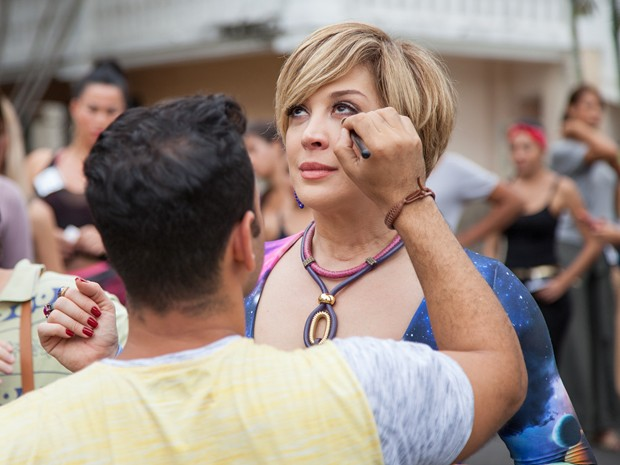 A diva aguarda o retoque da maquiagem para entrar na pele da paranormal (Foto: Fabiano Battaglin / Gshow)
