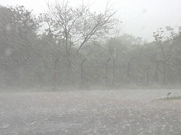 Chuva de granizo atingiu Uberaba no começo de Outubro (Foto: Reprodução/TV Integração)