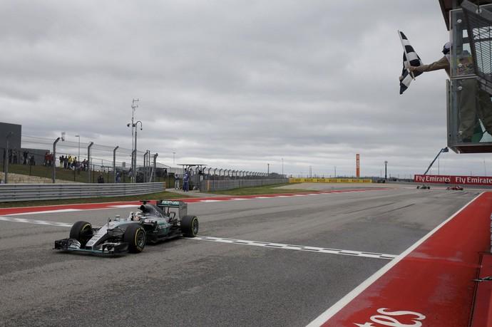 Lewis Hamilton recebe bandeirada para a vitória no GP dos EUA (Foto: Reuters)
