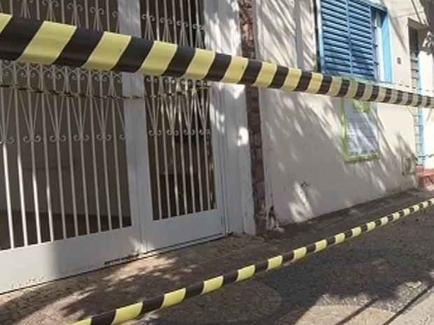 Casa foi interditada pela polícia até a chegada do GATE (Foto: Reprodução TV TEM)