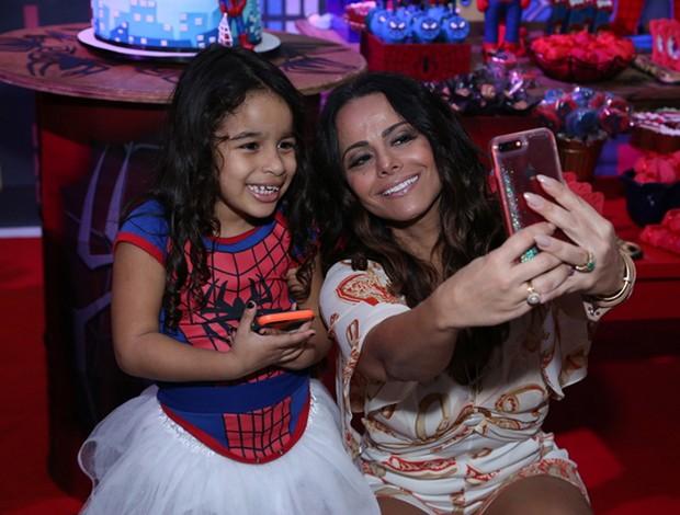 Viviane Araújo com a sobrinha Iara (Foto: Agnews)