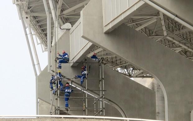 Operários trabalhando no Engenhão (Foto: Thales Soares)