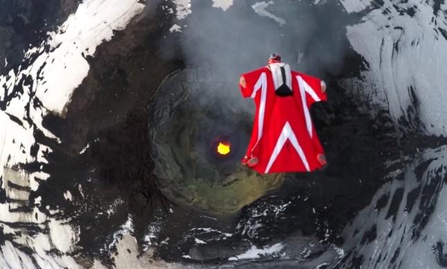 Italiana voa de wingsuit sobre vulcão ativo no Chile