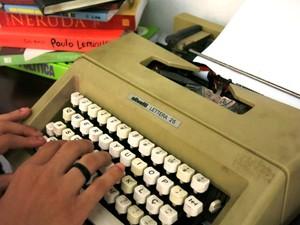 Máquina de escrever é grande aliada (Foto: Orion Pires / G1)