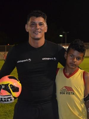 O goleiro Cristiano Besuska se inspira no filho antes de entrar no gramado (Foto: Alberto Rolla/GLOBOESPORTE.COM)