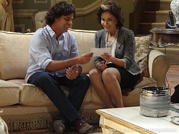Puro orgulho do filho, Perácio mostra a foto de Filipinho para a mãe (Foto: Sangue Bom/TV Globo)