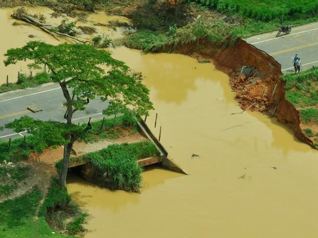 Uma cratera se formou em uma ponte do interior do ES (Foto: Carlos Alberto Silva/ A Gazeta)