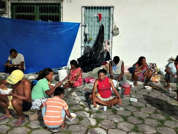 Imigrantes venezuelanos recebem alimentos doados na Rodoviária de Manaus (Foto: Divulgação/Movimento Mais Amor Por Favor)