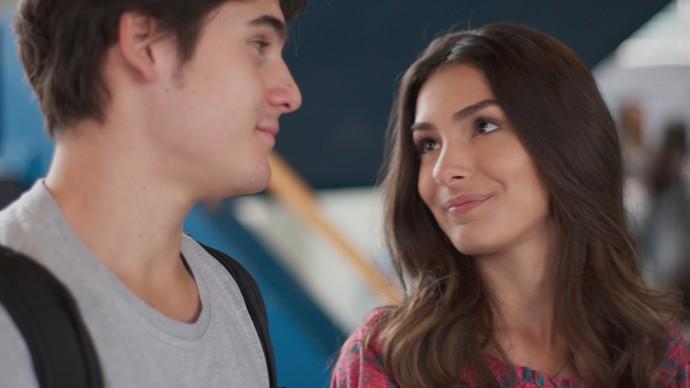 Rodrigo conversa com Luciana enquanto Flávia observa (Foto: TV Globo)