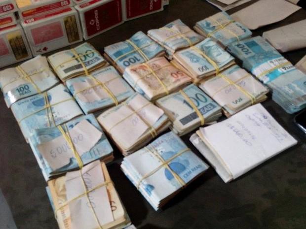 Polícia apreendeu quase R$ 90 mil durante operaçao em Pompéu (Foto: Thiago Cravalho/ Arquivo Pessoal)