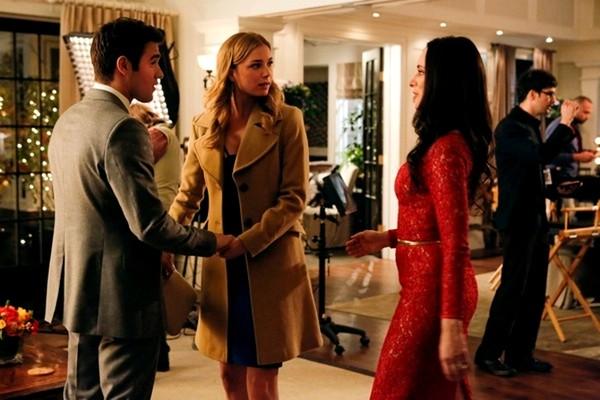 A atriz Emily VanCamp e seu noivo em cena da série Revenge (Foto: Reprodução)