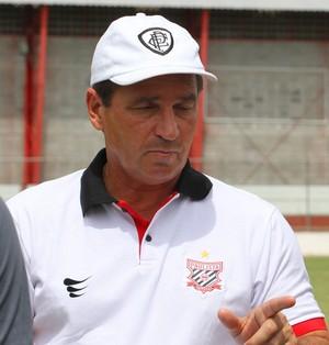 Zagueiro Gian, do Paulista, conversa com o técnico Giba (Foto: Anderson Rodrigues / Sala de Imprensa)