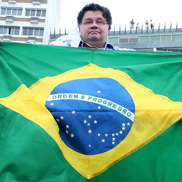 O ex-Casseta & Planeta Marcelo Madureira segura a bandeira em cima de um carro de som  (Foto: AG.News)