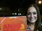 Susana Vieira é surpreendida por fã após peça