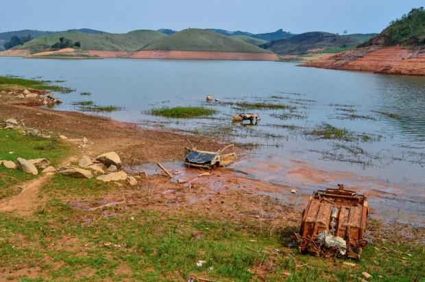 21/10/2015 - Vista da Represa do Jaguari, que integra o Sistema Cantareira, na região do Vale do Paraíba (SP), na manhã desta quarta-feira (21) (Foto: Nilton Cardin/Estadão Conteúdo)