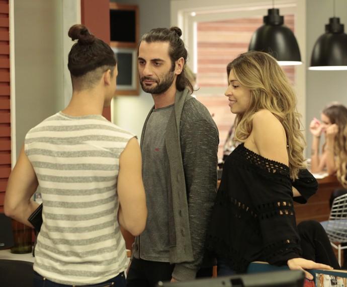 Roy aceita o convite de Larissa e aparece na agência de Fanny (Foto: Felipe Monteiro/ Gshow)