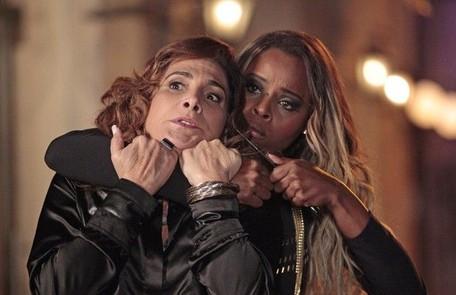 Vanúbia (Roberta Rodrigues) descobre que foi traficada, faz Wanda de refém e consegue escapar Divulgação/TV Globo