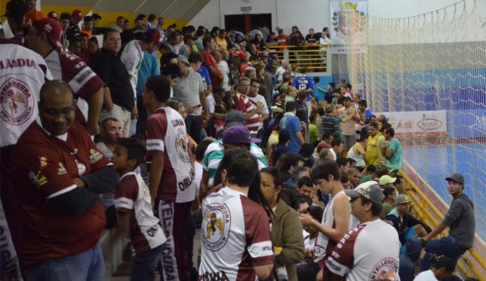 Torcida lotou ginásio para estreia do Orlândia na Liga Futsal (Foto: Rodolfo Tiengo)