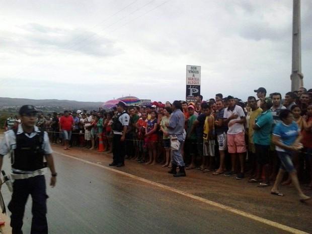 Moradores observam o trabalho das equipes após o acidente (Foto: TV Verdes Mares/Reprodução)