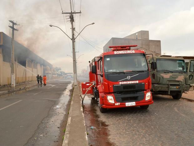 Bombeiros tentam conter fogo em supermercado (Foto: Ed Santos/Acorda Cidade)