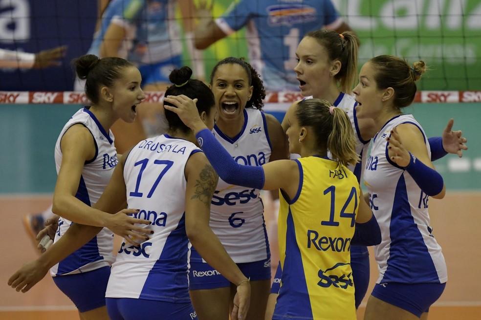 Jogadores do Rio comemoram em quadra (Foto: Marcello Dias/CBV)