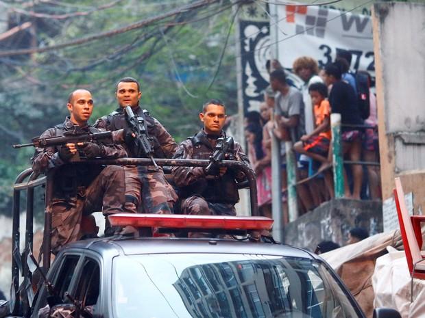 Policiais fazem patrulha na entrada da comunidade Pavão-Pavãozinho em Copacabana, no Rio de Janeiro, após troca de tiros  (Foto: Ricardo Moraes/Reuters)