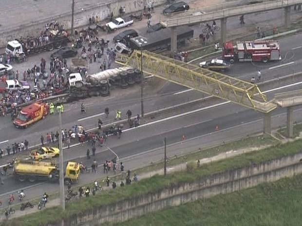 Passarela ficou apoiada sobre caminhão (Foto: Reprodução/TV Globo)