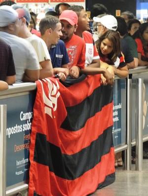Torcedores desembarque Flamengo (Foto: Cahê Mota)