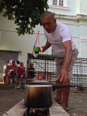 Parte das famílias está no local desde a noite de terça (27) e preparação refeição na manhã desta quarta (28) (Foto: Kety Marinho / TV Globo)