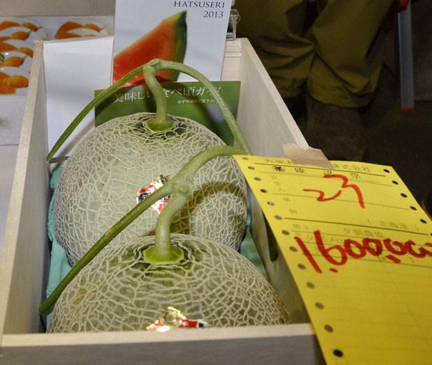 Dois melões de Yubari foram leiloados pelo valor de 1,6 milhão de iens (R$ 33,2 mil) (Foto: Kyodo News/AP)