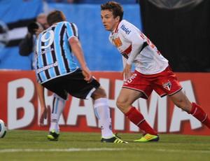 Dagoberto, do São Paulo, em ação contra o Grêmio