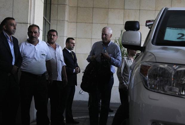 Ake Sellstrom, chefe do grupo de inspetores de armas químicas da ONU, chega a Damasco neste domingo (18) (Foto: Khaled al-Hariri/Reuters)