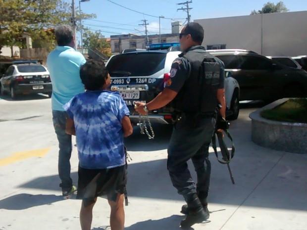 Mulher de 28 anos anos foi levada para delegacia; corrende foi apreendida (Foto: Eduander Silva/Blog Eduander Silva)
