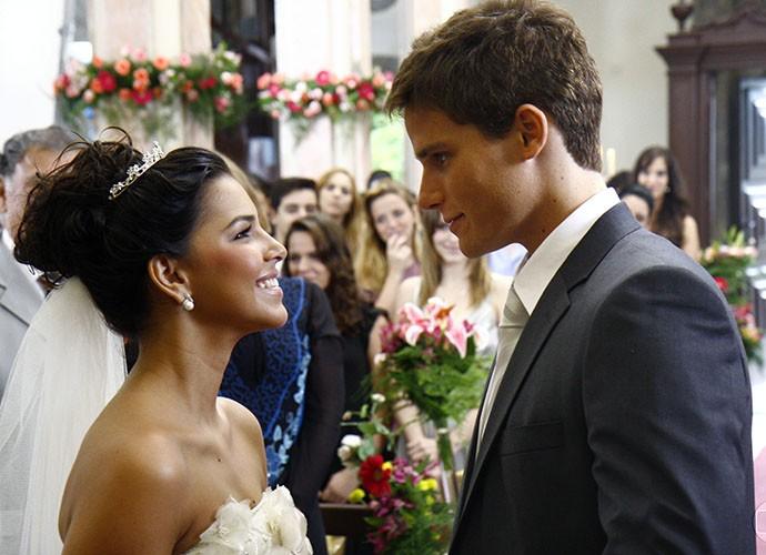 Mariana Rios e Jonatas Faro já trocaram alianças em Malhação (Foto: TV Globo)