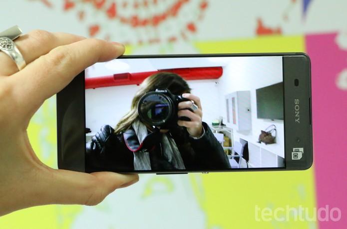 Câmera frontal do Xperia XA tem 8 megapixels (Foto: Luciana Maline/TechTudo)