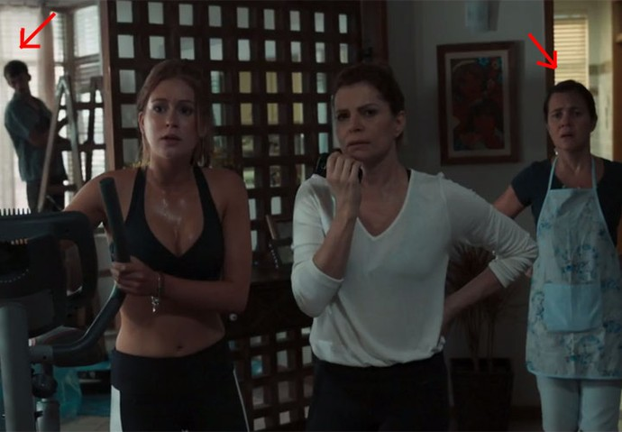 Oswaldo observa Isabela; na mesma cena, Fátima também aparece (Foto: TV Globo)