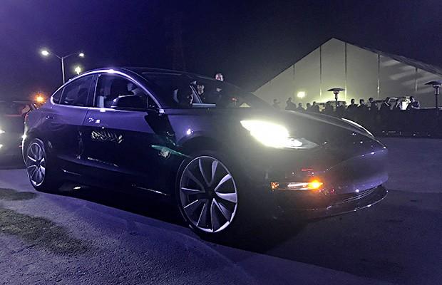 Funcionários da Tesla apresentam primeiros carros Model 3 em linha de produção em Fremont (EUA) (Foto: Reuters/Alexandria Sage)