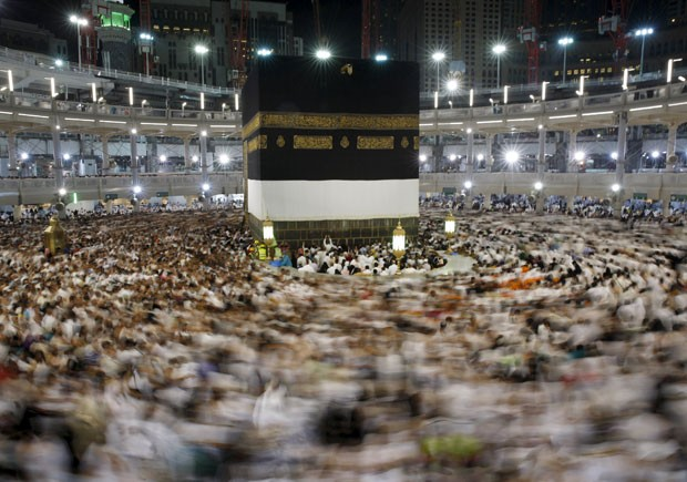 Peregrinos muçulmanos rezam na Grande Mesquita de Meca nesta terça-feira (22) (Foto: Ahmad Masood/Reuters)