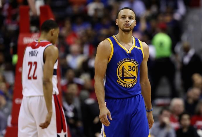 Stephen Curry tinha começado de forma discreta, mas melhorou no jogo dos Warriors (Foto: Rob Carr/Getty Images)