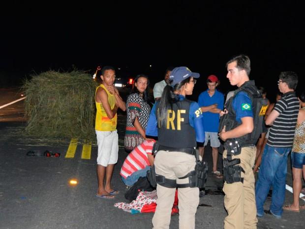 Motociclista morreu após desviar de feno e bater em carro na Bahia (Foto: Blogbraga/Repórter Guilherme Maciel)