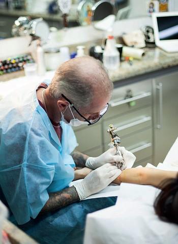 Tino, de 53, acumula 35 anos de experiência como tatuador. Ele atende, em média, dois clientes por dia. Ser seletivo é parte da estratégia para garantir a qualidade do trabalho (Foto: Camila Fontana)
