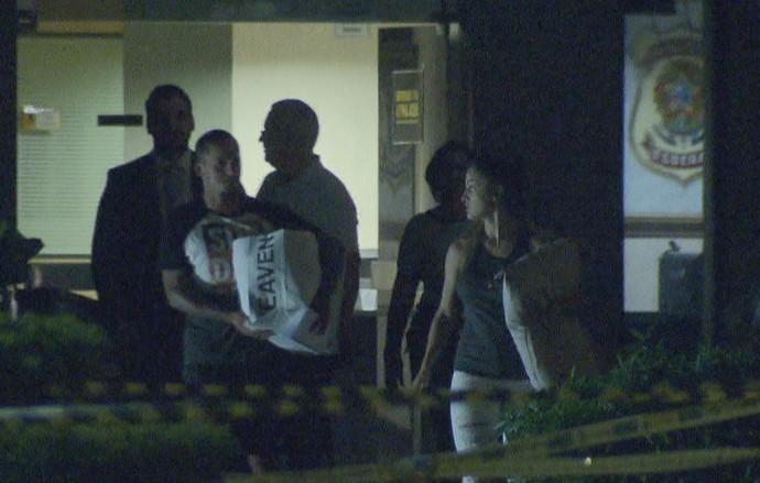 Souza deixou a PF acompanhado da esposa e representantes do Brasiliense (Foto: Fernando Rodrigues / TV Globo)