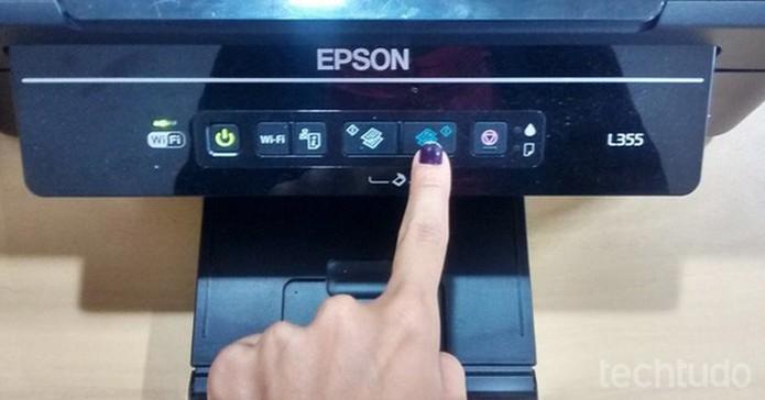 Comando para tirar cópia colorida na Epson L355 (Foto: Marcela Vaz/TechTudo)