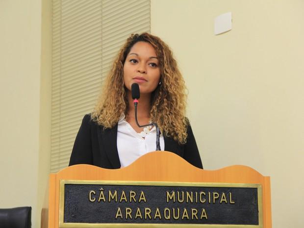 Vereadora Thainara Faria (PT) durante fala na tribuna da Câmara (Foto: Assessoria de Imprensa Câmara Municipal de Araraquara)