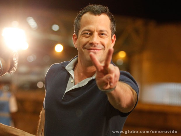 Malvino Salvador se prepara para entrar em cena (Foto: Amor à Vida/TV Globo)