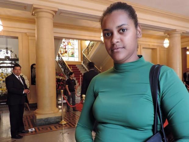 """Rossana Bernardo passou no velório antes de ir ao trabalho. """"A gente é muito deficiente de cultura"""", afirmou. (Foto: Moema França/G1)"""