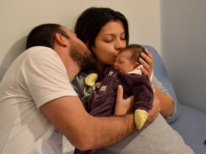 Rodolfo ajuda Cecilia sempre que está em casa já que a companheira se recupera da cesárea (Foto: João Henrique Santo)