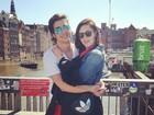 Fiuk e Sophia Abrahão posam abraçados durante férias