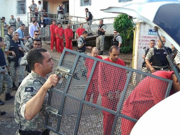 Detentos de Carandaí estão sendo encaminhados para outras cidades (Foto: Anderson Silva/G1)
